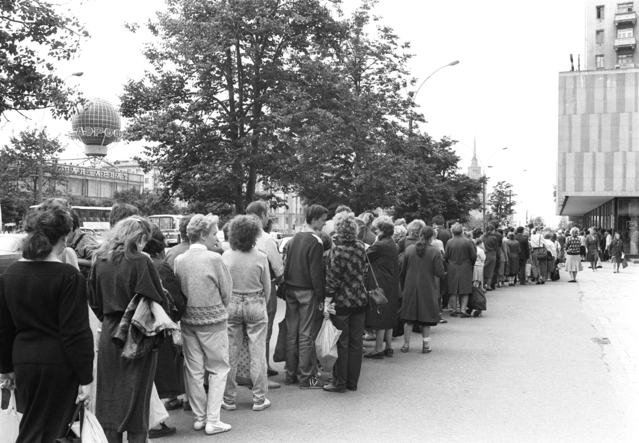 Queues for sweets in Kalininsky avenue, 1990
